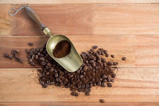 Geröstete kaffeebohnen mit pulver