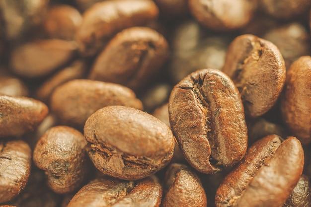 Geröstete kaffeebohnen schließen hintergrund