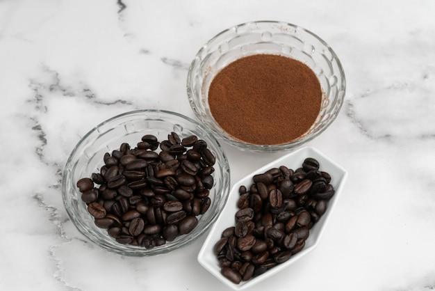 Geröstete kaffeebohnen und gemahlenes kaffeepulver