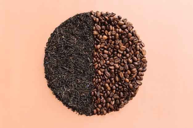 Geröstete kaffeebohnen und getrocknete teeblätter.