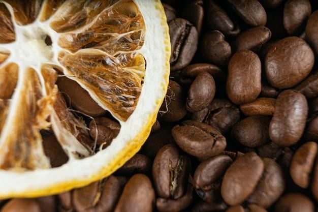 Geröstete kaffeebohnen und getrocknete zitrone