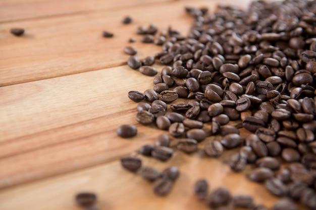 Geröstete kaffeebohnen verschüttet