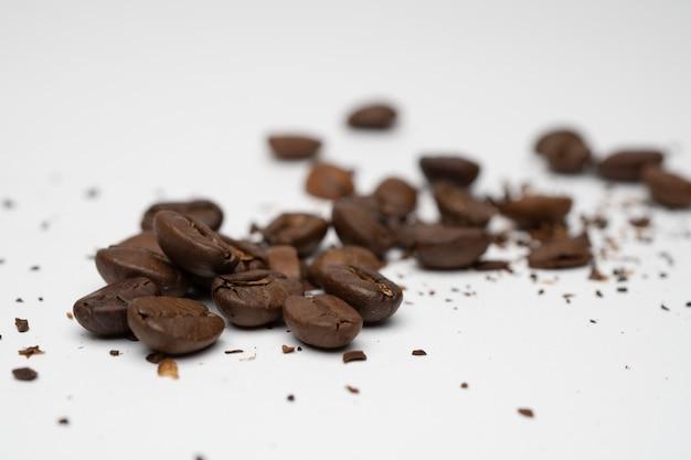 Geröstete kaffeekornnahaufnahme mit weißem hintergrund