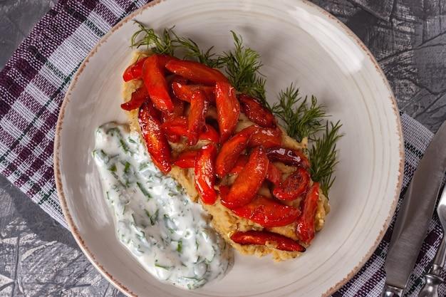Geröstete karotten. karamellisierte karotten. ein gesundes karottengericht, das reich an vitamin a ist.