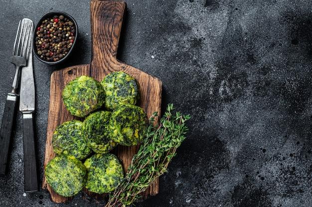 Geröstete kichererbsen-gemüse-gemüse-falafel-pastetchen auf einem rustikalen teller