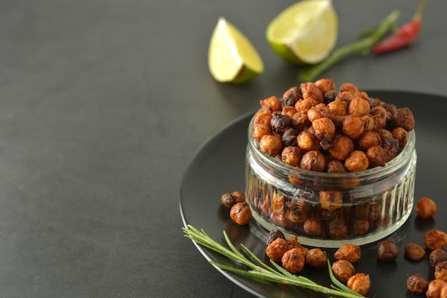 Geröstete kichererbsen. knuspriges, luftgebratenes leckeres gesundes essen. vegetarisches essen oder gewichtsverlust snack.