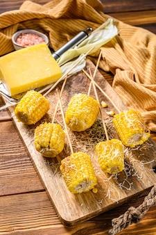 Geröstete oder gegrillte maiskolben mit knoblauch und butter