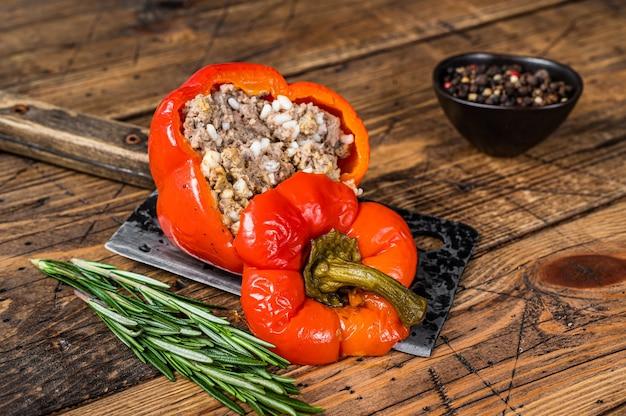 Geröstete paprika mit fleisch, reis und gemüse