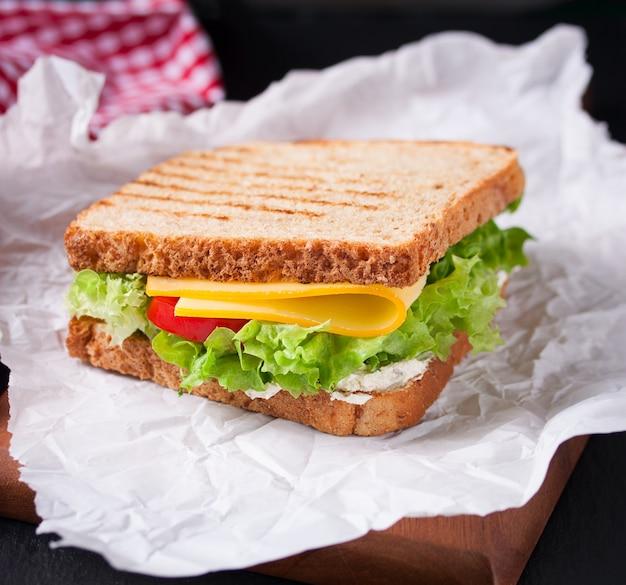 Geröstete sandwich mit salat und käse