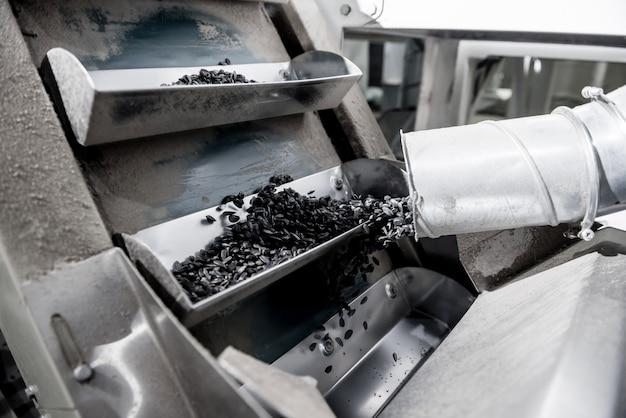 Geröstete sonnenblumenkernausrüstung in der modernen fabrik