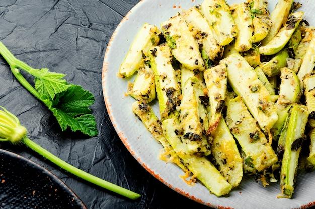 Geröstete zucchini-sticks mit gemüse