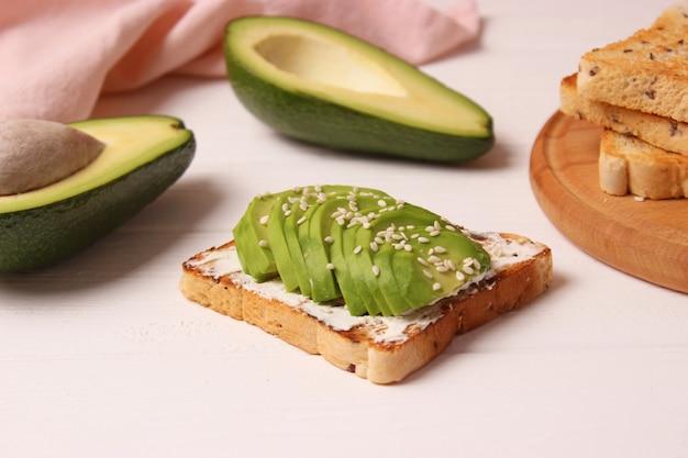 Gerösteter toast mit avocado auf einem holztisch. foto in hoher qualität
