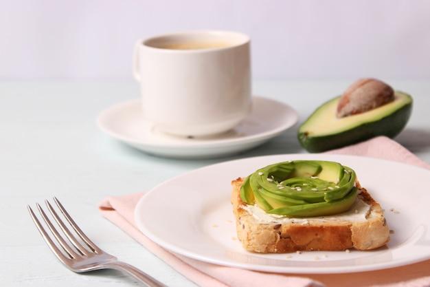 Gerösteter toast mit avocado auf einem holztisch
