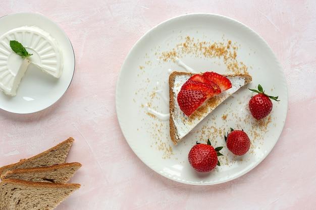 Geröstetes brot mit frischkäse und erdbeeren