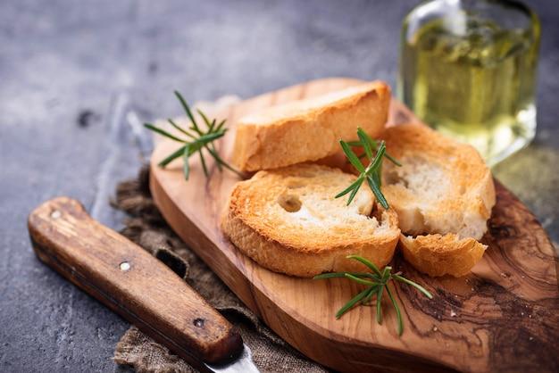 Geröstetes brot mit olivenöl und rosmarin