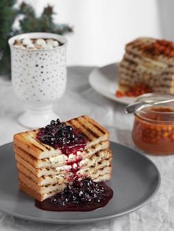 Geröstetes brot, toast mit butter und hausgemachte beerenmarmelade. nahansicht.
