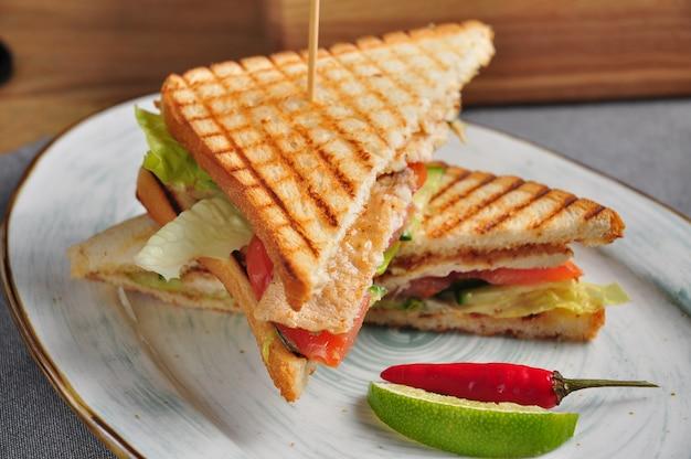 Geröstetes sandwich mit hähnchenfilet und gemüse