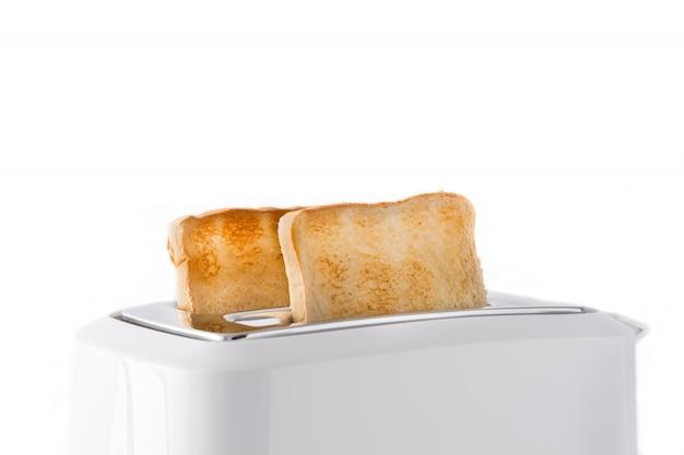 Geröstetes toastbrot im weißen toaster lokalisiert auf weißem hintergrund