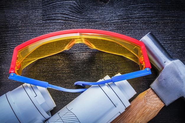 Gerollte blaupausen hammerbrille