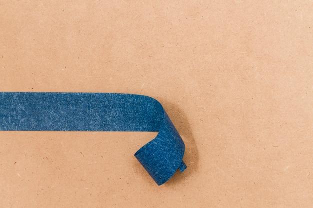 Gerollte klebende blaue tapete auf kopienraumhintergrund