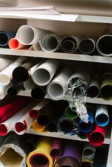 Gerollte papierrollen. eine große menge farbfilm zum drucken.