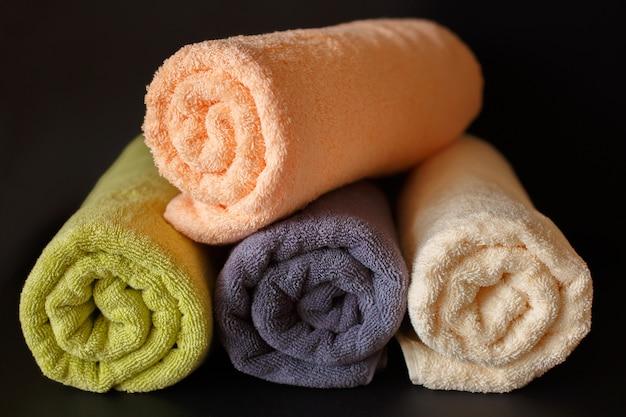 Gerollte saubere handtücher auf schwarz
