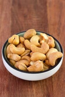 Gesalzene cashewnüsse in schälchen
