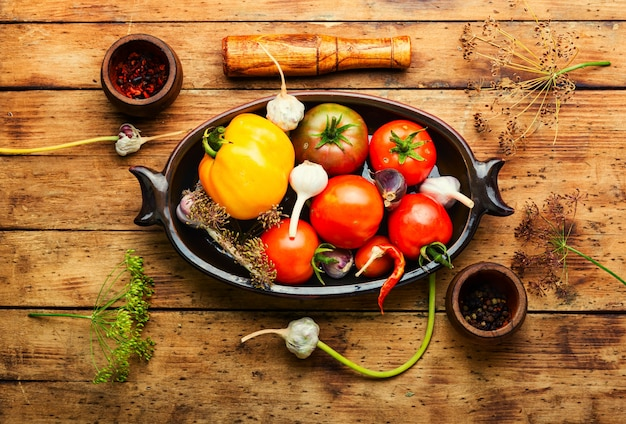 Gesalzene hausgemachte tomate.kochprozess.dosentomate.mariniertes gemüse.vorbereitung zum einlegen von tomaten