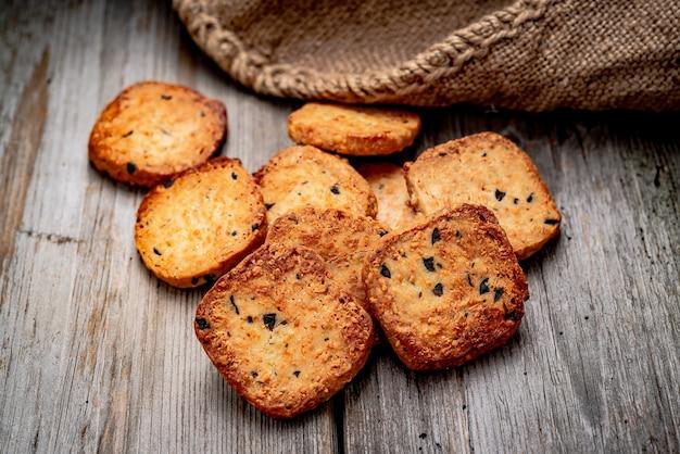Gesalzene knusprige cracker mit sesam und sonnenblumenkernen