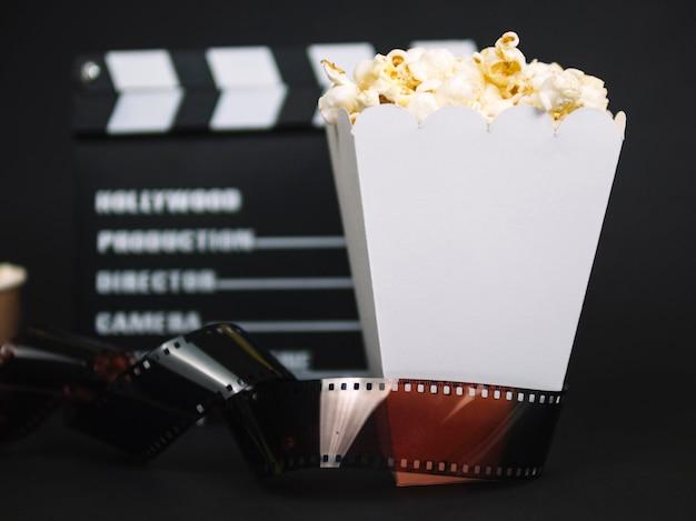 Gesalzene popcorn-schachtel aus der nähe, die zum servieren bereit ist