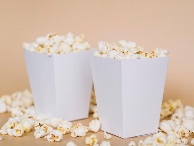 Gesalzene popcornboxen aus der nähe, die zum servieren bereit sind