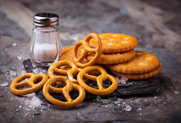 Gesalzene snacks brezel und cracker