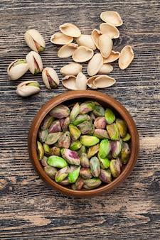 Gesalzene und geröstete pistazien, geröstete pistazien in salz zur geschmacksverstärkung