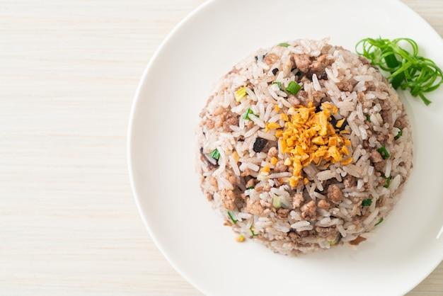 Gesalzener chinesischer gebratener reis aus schwarzen oliven mit schweinehackfleisch - asiatische küche