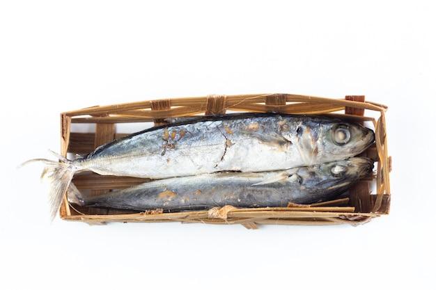 Gesalzener fisch im korbbambus isoliert auf weißem hintergrund