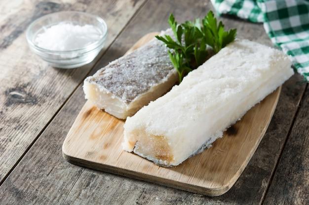 Gesalzener getrockneter kabeljau auf holztisch typisches osteressen