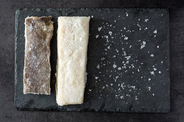 Gesalzener getrockneter kabeljau auf schwarzem stein typisches osteressen