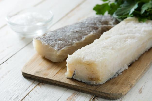 Gesalzener getrockneter kabeljau auf weißem holztisch typisches osteressen