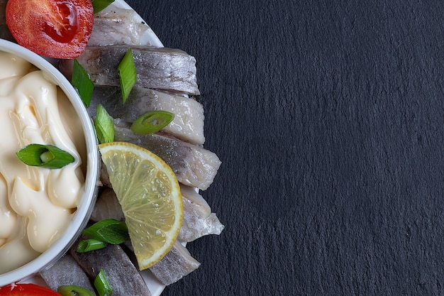 Gesalzener und eingelegter heringsfisch mit sauce