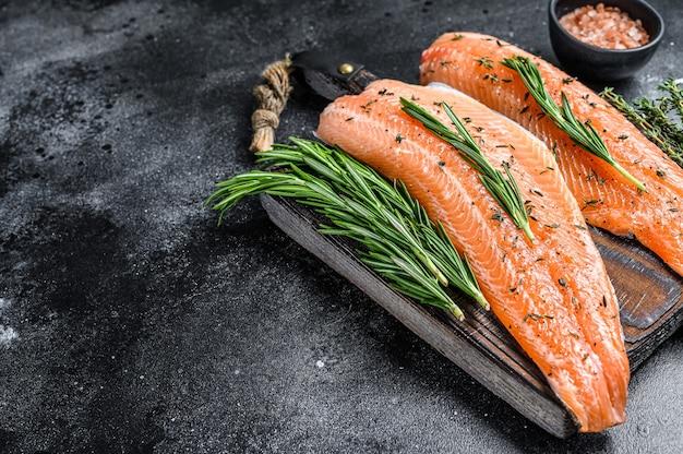 Gesalzenes lachs- oder forellen-seefischfilet mit gewürzen und kräutern.