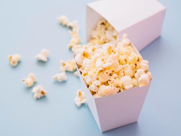 Gesalzenes popcorn aus der nähe zum servieren