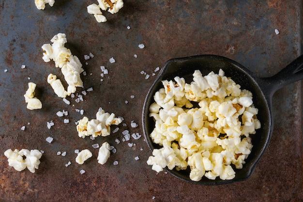 Gesalzenes popcorn zubereitet