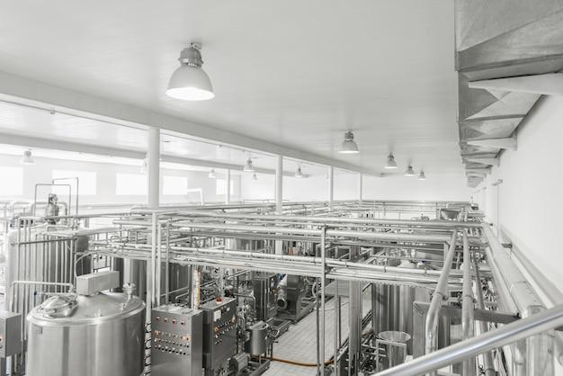 Gesamtansicht des inneren einer milchfabrik. ausrüstung in der molkerei