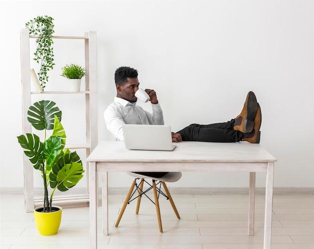 Geschäft afroamerikaner mann lange sicht
