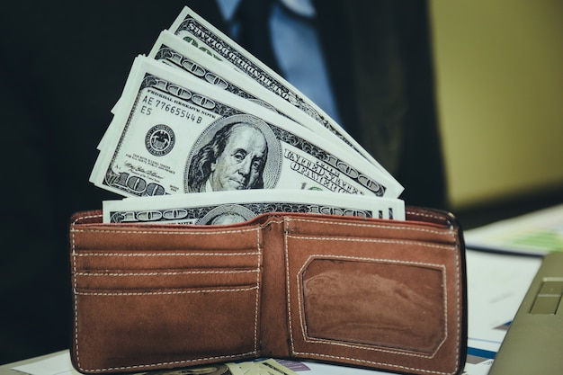 Geschäft, das geld und uhr hält. zeit ist geld konzept.