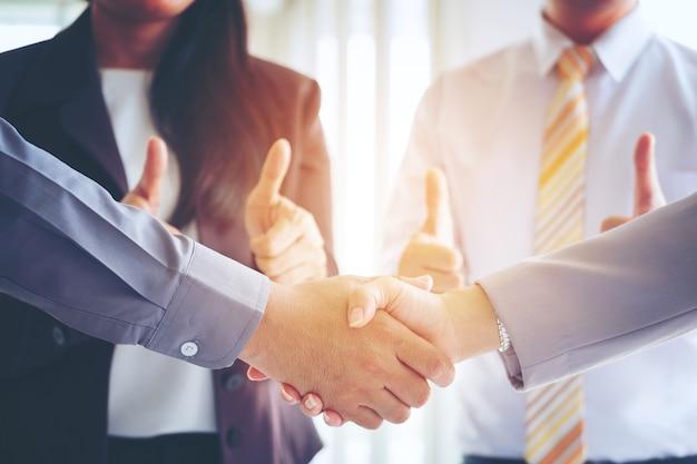 Geschäft, das händedruck, partnerschaftsglückwunsch, fusion und erwerb macht
