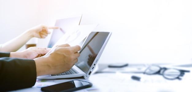 Geschäft, das im büro des erfolgs mit laptop arbeitet