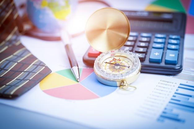 Geschäft, das investitionsdiagramme mit laptop analysiert