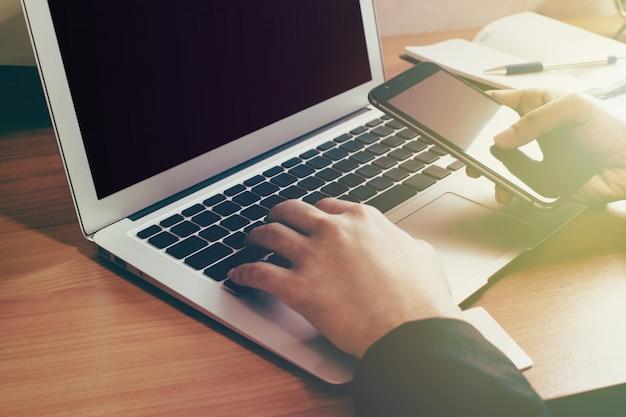 Geschäft, das mit modernen geräten, digital-computer und handy arbeitet