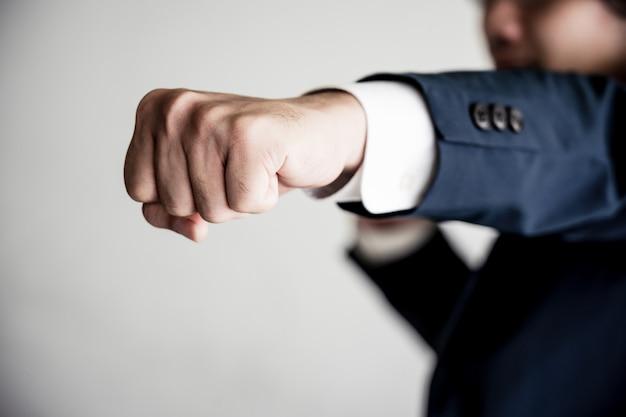 Geschäft, das zum erfolg konzept kämpft. geschäftsmann mit kämpfender haltung.